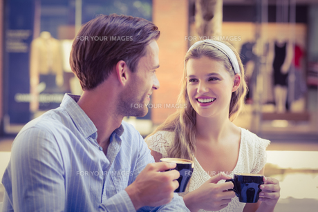 Cute couple looking at each otherの写真素材 [FYI00008924]