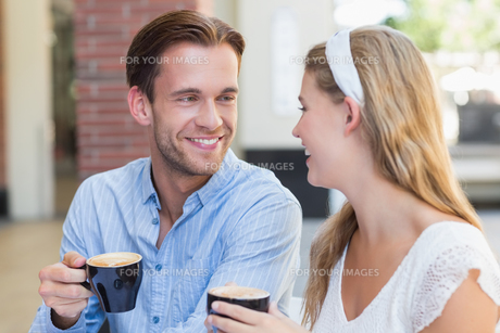 Cute couple looking at each otherの写真素材 [FYI00008925]