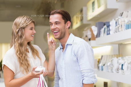 A couple testing a sample of beauty productsの写真素材 [FYI00008929]