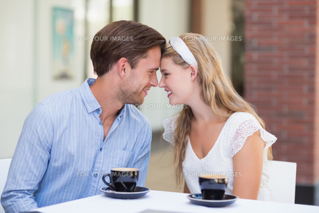 Cute couple drinking a coffee togetherの素材 [FYI00008932]