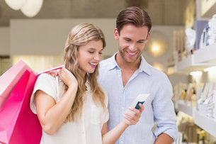 Portrait of a happy couple looking at beauty productの写真素材 [FYI00008933]