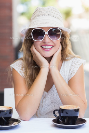 Pretty hipster woman at the cafe terraceの素材 [FYI00008939]