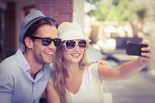 A cute couple taking a selfieの写真素材 [FYI00008941]