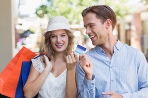 Cute couple handing a credit cardの素材 [FYI00008945]