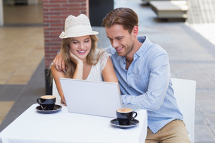 Cute couple looking at a laptopの素材 [FYI00008951]