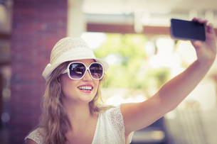 Pretty hipster woman taking a selfieの写真素材 [FYI00008955]