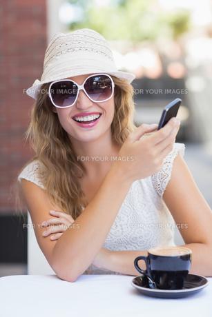 Pretty hipster woman sending a textの素材 [FYI00008956]
