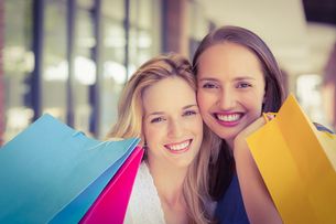 Happy friends holding shopping bagsの素材 [FYI00008962]