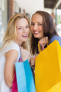 Happy friends holding shopping bagsの素材 [FYI00008964]