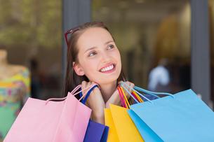Happy woman carrying shopping bagsの写真素材 [FYI00008970]