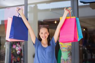Energetic woman handing shopping bagsの素材 [FYI00008973]