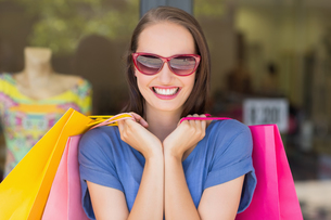 Happy woman carrying shopping bagsの写真素材 [FYI00008974]