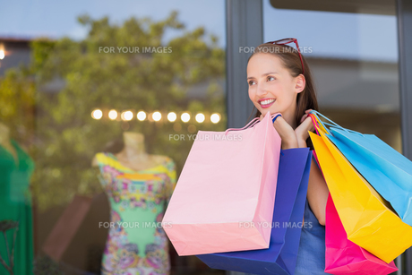 Happy woman carrying shopping bagsの素材 [FYI00008975]