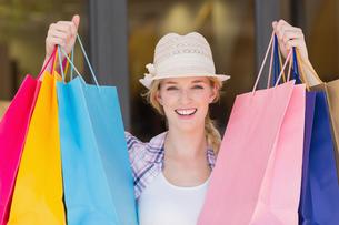 Energetic woman handing shopping bagsの素材 [FYI00008977]