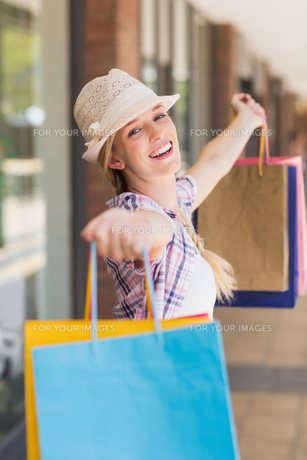 Carefree woman holding shopping bagsの素材 [FYI00008979]