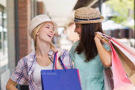 Happy smiling women laughing togetherの写真素材 [FYI00008982]