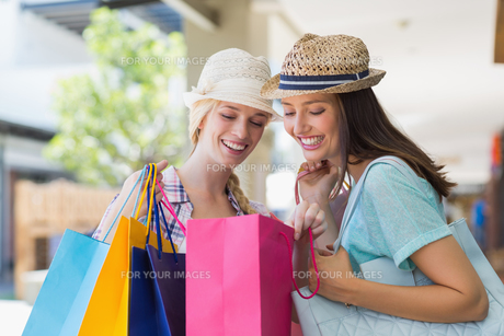Two happy women looking at shopping bagsの写真素材 [FYI00008984]