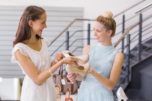 Happy women looking at heel shoesの写真素材 [FYI00008985]