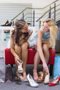 Two happy women trying on shoesの写真素材 [FYI00008989]