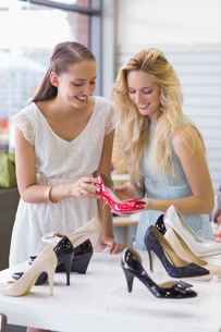 Two happy women looking at heel shoeの写真素材 [FYI00008993]