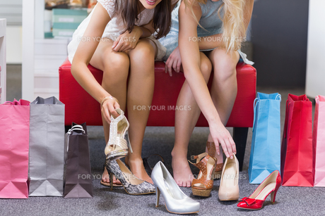Close up of women trying on shoesの素材 [FYI00008998]