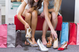 Close up of women trying on shoesの写真素材 [FYI00008998]