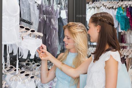 Happy women looking at underwearの素材 [FYI00009000]