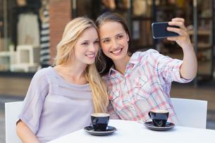 Happy women friends taking a selfieの写真素材 [FYI00009008]