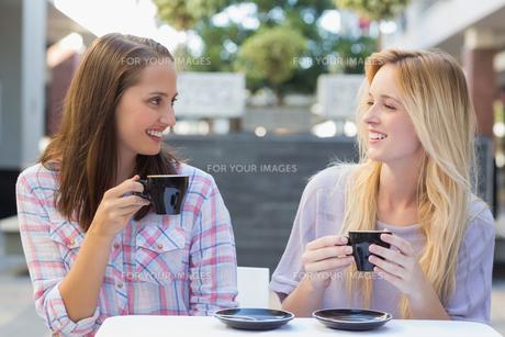 Happy women friends talking togetherの写真素材 [FYI00009009]