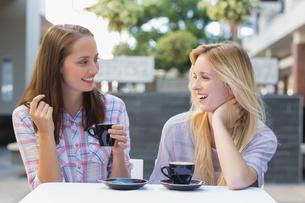 Happy women friends talking togetherの写真素材 [FYI00009012]