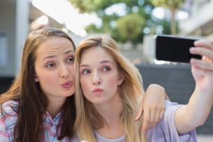 Happy women friends taking a selfieの写真素材 [FYI00009016]