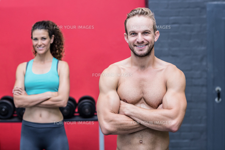 Muscular couple looking at the cameraの写真素材 [FYI00009019]