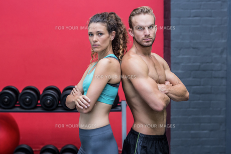 Muscular couple giving back to backの写真素材 [FYI00009021]