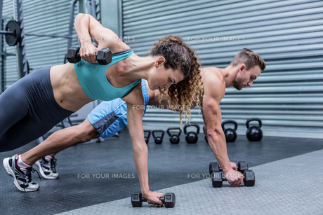 Muscular couple doing plank exercise togetherの写真素材 [FYI00009033]
