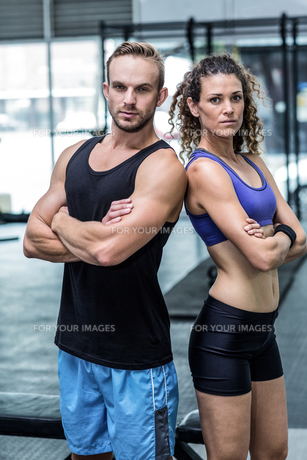 Muscular couple looking at the cameraの写真素材 [FYI00009043]