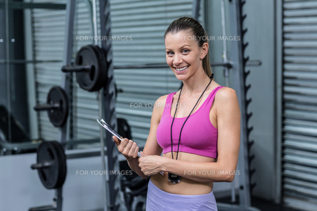 Smiling female coach with a clipboard and stopwatchの写真素材 [FYI00009052]