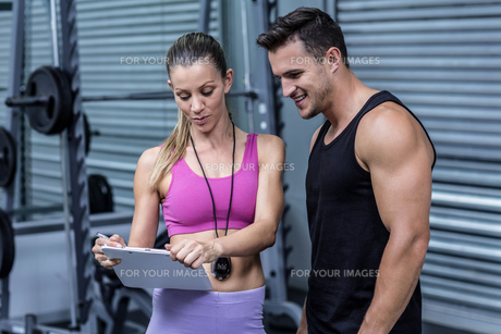 Female coach showing results to an athleteの素材 [FYI00009055]