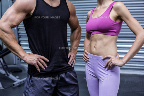Muscular couple with hands on the hipsの写真素材 [FYI00009059]