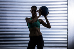 Muscular woman doing ball exerciseの写真素材 [FYI00009060]
