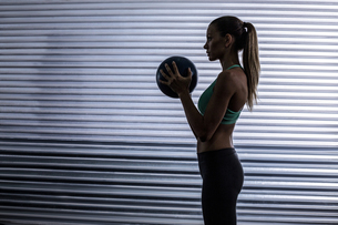 Muscular woman doing ball exerciseの写真素材 [FYI00009064]