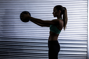 Muscular woman doing ball exerciseの写真素材 [FYI00009066]