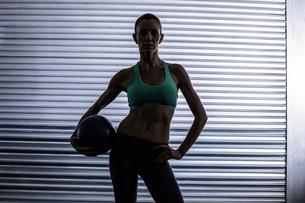 Muscular woman holding a medicine ballの素材 [FYI00009067]