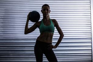 Muscular woman holding a medicine ballの素材 [FYI00009068]