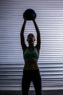 Muscular woman doing ball exerciseの写真素材 [FYI00009069]