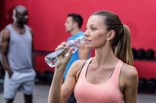 A muscular woman drinking a waterの写真素材 [FYI00009073]