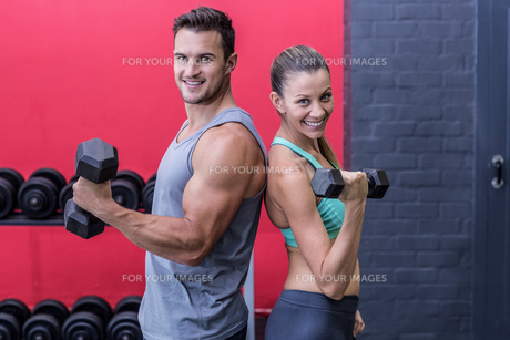 Muscular couple giving back to backの写真素材 [FYI00009077]