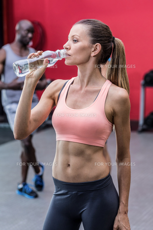 A muscular woman drinking a waterの写真素材 [FYI00009078]