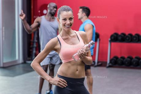 Smiling muscular woman looking at cameraの写真素材 [FYI00009081]