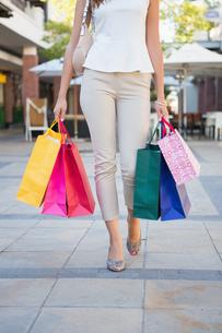Woman walking with shopping bagsの写真素材 [FYI00009093]