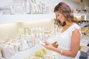 Smiling woman testing moisturizerの写真素材 [FYI00009114]